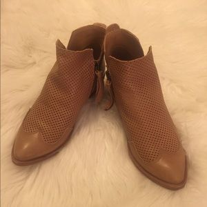 Dolce Vita Tan Leather Ankle Boots w/side zipper